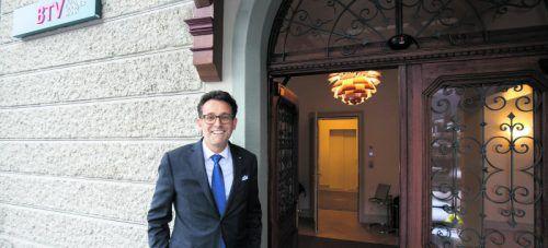 Gerhard Burtscher vor der neuen BTV-Filiale in der Villa allerArt im Zentrum von Bludenz. Die aus der Gründerzeit stammende dreigeschoßige Villa wurde aufwendig revitalisiert und umgebaut. Fotos: VN/Hartinger