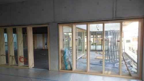 Helles Holz und große Fenster im neuen Schulcampus in Bregenz.