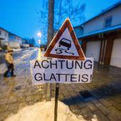 Blitzeis auf den Straßen hält Bayern in Atem