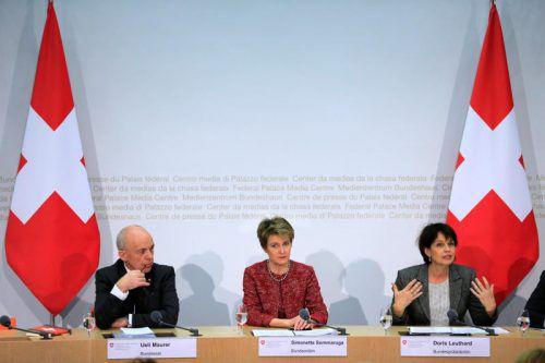 Pressekonferenz nach dem Votum: v. l.: Finanzminister Maurer, Justizministerin Sommaruga und Präsidentin Leuthard. Foto:REUTERS