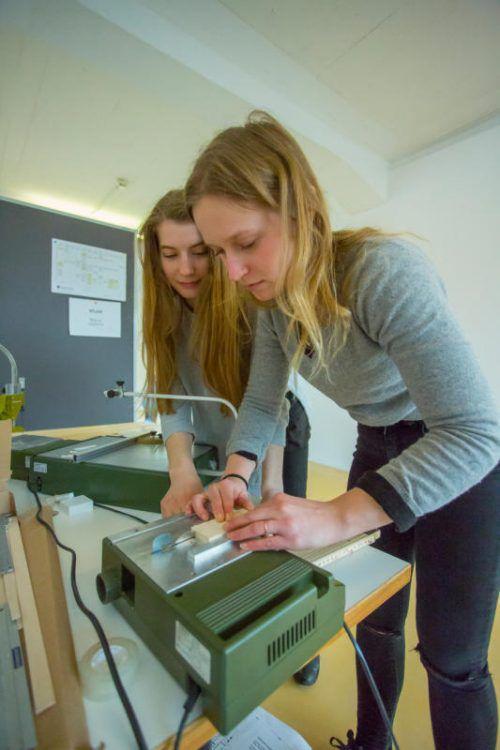 Studentinnen arbeiten an den ersten Modellen.