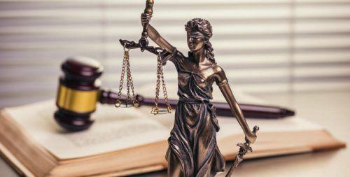 """Bei manchen Gesetzesparagrafen im österreichischen Recht trägt """"Justitia"""" wohl verständlich lieber eine Augenbinde. Adobe stock"""