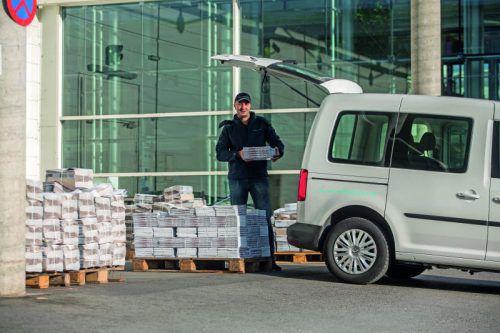vorarlberg mail ist in ganz Vorarlberg unterwegs und stellt Zeitungen und Sendungen zu. Fotos: VN/Steurer