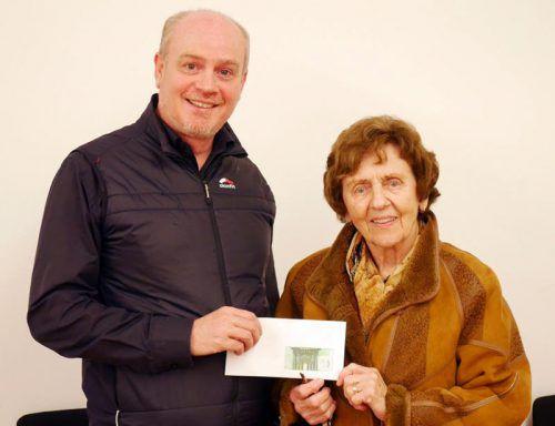 Albert Frei, der Obmann der Auner Faschingszunft, übergab eine Spende von 400 Euro an Gertrude Klien. foto: THE