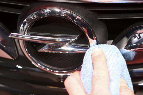 Opel-CEO Michael Lohscheller (l.) sprach am Rande des Genfer Automobilsalons mit VN-Redakteur Michael Gasser über den Umschwung beim Autobauer.AP, VN