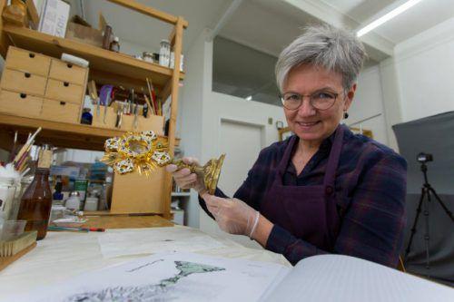 Beatrice Pfeifer restauriert in ihrem eigenen Atelier kunsthistorische Einzelstücke wie dieses Vortragekreuz. Foto: VN/Paulitsch