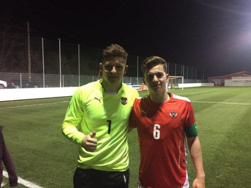 Benjamin Ozegovic und U-18-Kapitän Valentino Müller (r.). Team