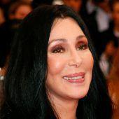 Cher half bei einer Verlobung