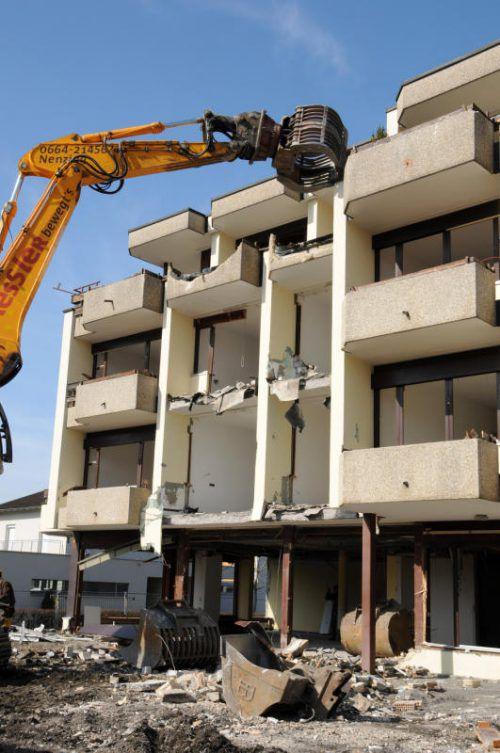 Das Altenwohnheim in Höchst wird derzeit abgerissen. Foto: ajk