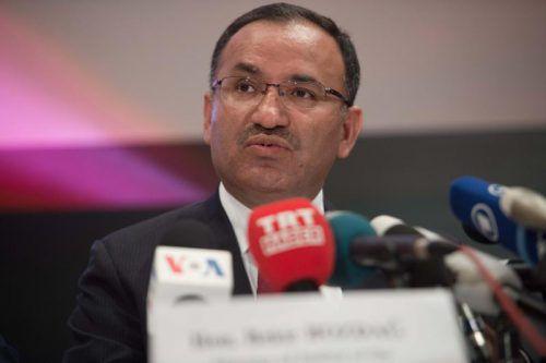 Regierungssprecher Bekir Bozdag kritisiert das Wahlbündnis. AFP