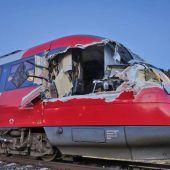 Zug rammt Transportwagen