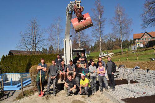 Die Lehrlinge im Einsatz: Sitzplätze und Trockenmauern sind bereits fertiggestellt. Foto: wkv