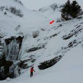 Snowboarder stürzt über hohe Felswand