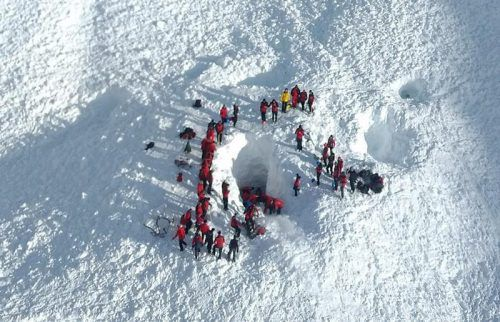 Die Verunglückten mussten aus einer Tiefe von zweieinhalb Metern aus dem Schnee geborgen werden.  Foto: Bergrettung Tirol