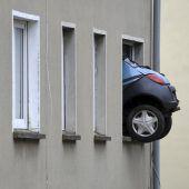 Auto steckt in Fenster fest
