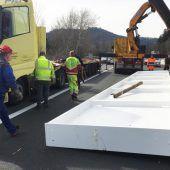Lkw verliert Stahlträger auf Autobahn