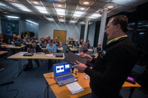 Gerhard Latzelsberger von der Firma Comgate erklärt die Funktion eines Tablets.