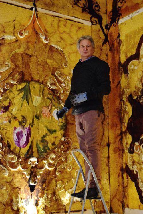 In einem der 14 Räume des Palastes schafft Paul Renner seine Version vom Bernsteinzimmer aus Dammarharz. Foto: Renner