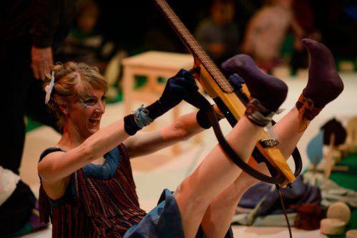 """Inspirierende Bewegungsbilder laden Kinder von ein bis drei Jahren im Rahmen der interaktiven Konzertreihe """"Cinello"""" zum Mit-machen ein. foto: remise bludenz/benepikt"""