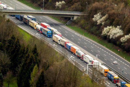 Lkw-Kolonne auf der Autobahn A 14: Der VCÖ stellt eine starke Zunahme des Lastwagenverkehrs fest. Foto: VN/Paulitsch