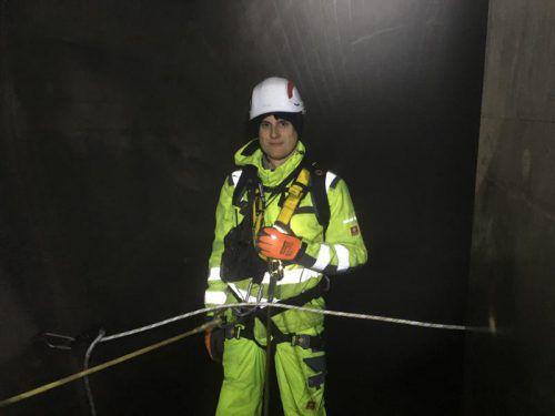 Lukas Bickel bei einer Schachtkontrollbefahrung im Obervermuntwerk II. Der Geologe ist meistens auf Baustellen anzutreffen.