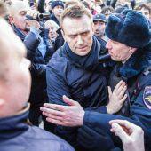 Kremlkritiker Nawalny nach Demo zu Arrest und Geldbuße verurteilt