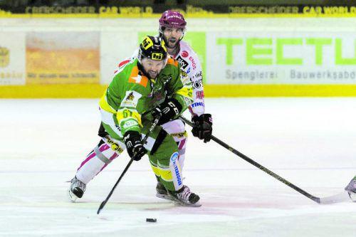 Routiniers unter sich: Lustenaus Thomas Auer verteidigt den Puck gegen Jesenices Marjan Manfreda . Foto: Stiplovsek