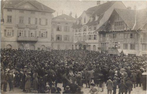 Tausende Dornbirner strömten imJahr1919 zur Großkundgebung auf den Marktplatz. Foto: stadtarchiv