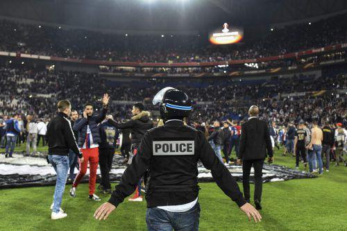 Auf dem Rasen beruhigte sich dann die Situation im Stadion. Foto: aFP