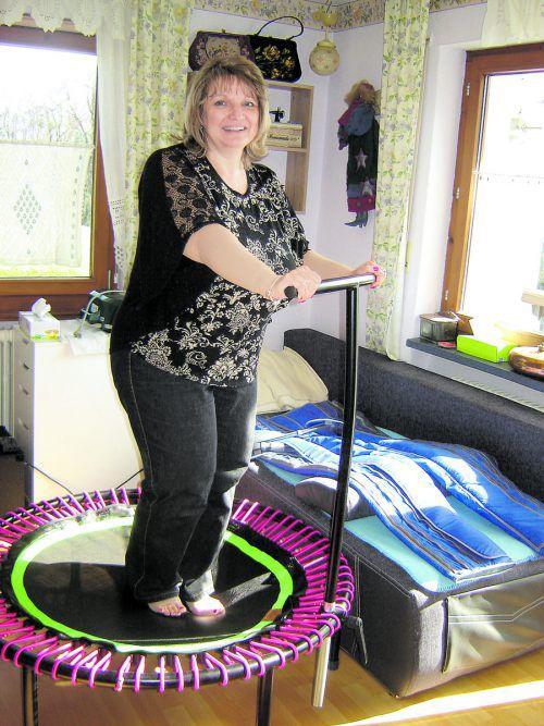 Auf ihrem Spezial-Trampolin fällt Elisabeth Skala körperliche Bewegung leicht.  Foto: VN/hP