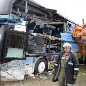 Bus mit Kran kollidiert: 15 Personen verletzt