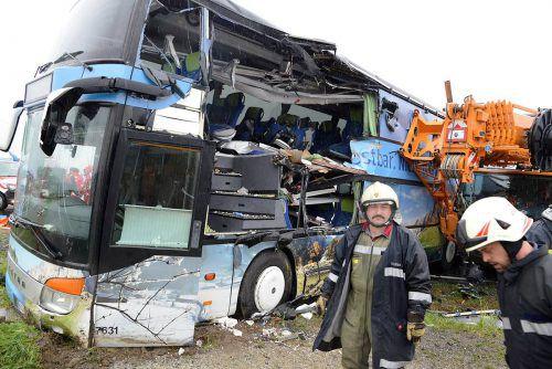 Bei dem Unfall sind sechs Personen im Bus eingeklemmt worden. Drei von ihnen wurden schwer verletzt. Foto: APA
