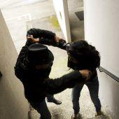 Frauen durch das Haus gezerrt und geschlagen
