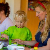 Kleine Künstler färben Eier zu Ostern