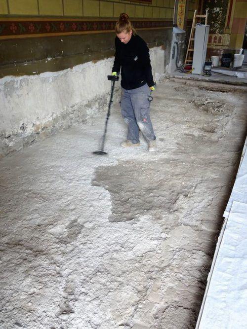 Der Kirchenboden wird genau untersucht. Foto: tk