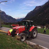 Traktor verliert Bagger auf Klostertalerstraße