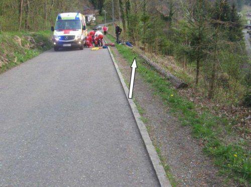 Der Verletzte wurde an der Unfallstelle notversorgt. Foto: Polizei