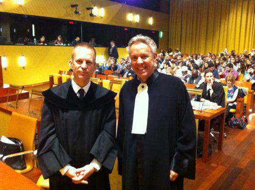 Der Vorarlberger Jurist Wilfried Ludwig Weh (r.) setzt sich für einen exakten Fristenablauf ein.  Foto: fam