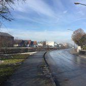 Eine Straße entlang des Flusses