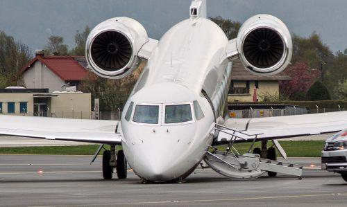 """Die """"Gulfstream G4"""" fiel am Salzburger Flughafen auf die Nase, a das Bugrad des bereits stehenden Flugzeuges einbrach. Foto: APA"""