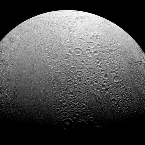 Diese Aufnahme zeigt die Oberfläche des Saturnmondes Enceladus. REUTERS