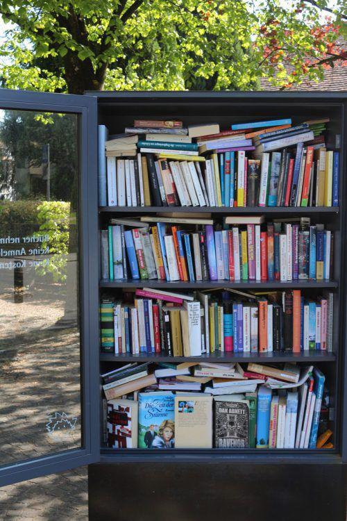 """Ein Bücherregal installiert die offene Jugendarbeit am Platz """"Habedere"""".  Foto: OJAL"""