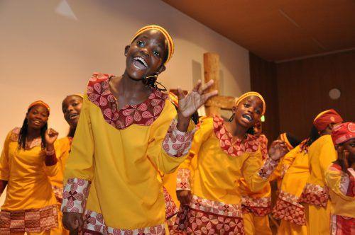 Erleben sie den Rhythmus und die Warmherzigkeit der ugandischen Kinder und lassen Sie sich von ihrer Freude anstecken. foto: vision choir