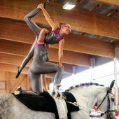 Akrobatik hoch zu Pferde