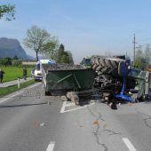 Traktor mit Kiesladung kippt um, Fahrer verletzt