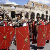 Römer feiern in antiken Gewändern die Gründung ihrer Stadt