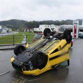 Auto nach der Kollision überschlagen