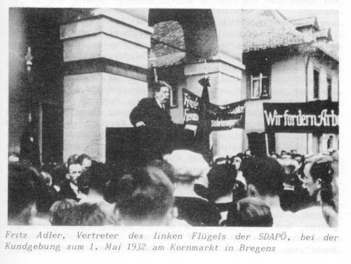 Fritz Adler spricht am 1. Mai 1932 am Kornmarkt in Bregenz.