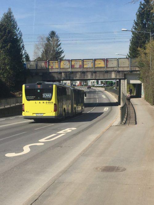 Hier beginnt die Busspur, die nach der Brücke wieder endet. pes