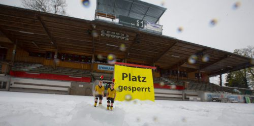 In Dornbirn war die Birkenwiese mit einer geschlossenen Schneedecke überzogen. Ohne Rasenheizung war an Fußball nicht zu denken. Foto: Hartinger